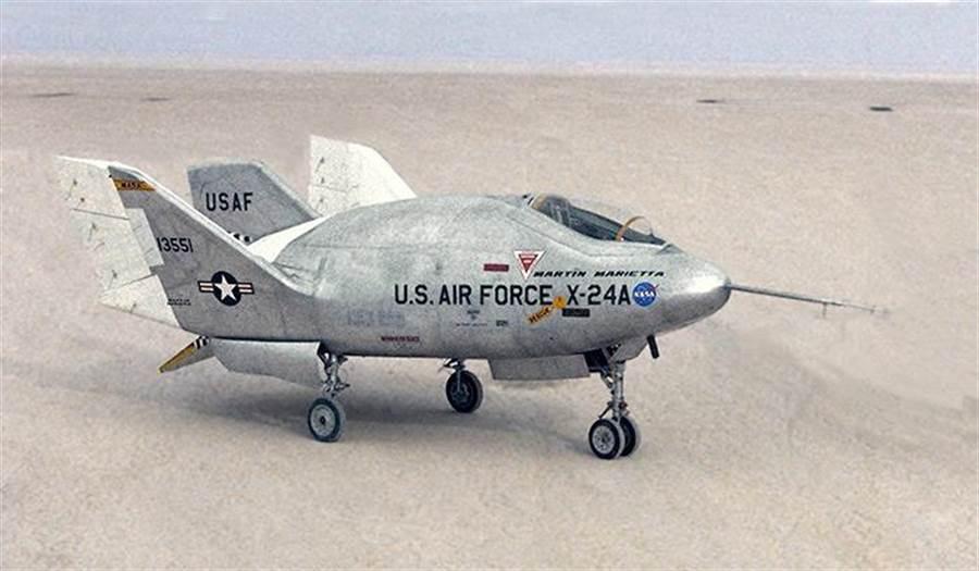 航太總署在1969研發的x-24A舉升體滑翔機,可以和逐夢者號進行外型比較。(圖/NASA)