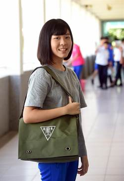 台東高商書包沿用數10年 有學生反映改為後背式