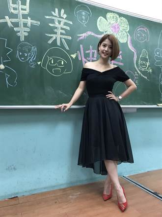 《叫小賀》要畢業了! 麻辣教師王樂妍低胸洋裝拍殺青