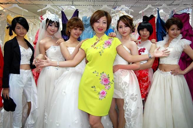 施沛潔(中)歡迎學子參加二手婚紗設計比賽。(廖素慧攝)