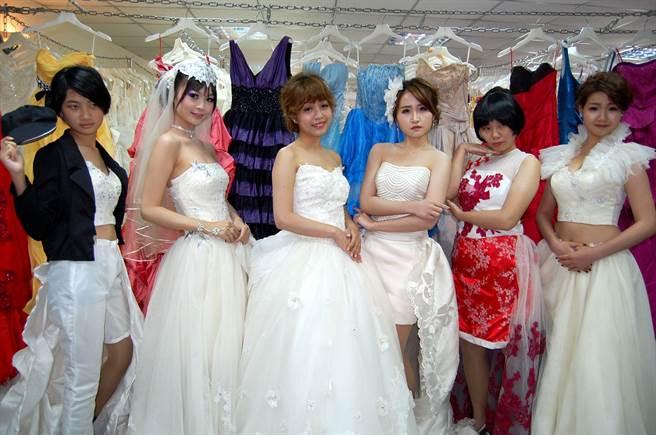 學生走秀展現二手婚紗改造為客製婚紗的樣貌。(廖素慧攝)
