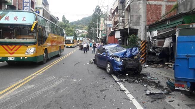彰化縣田中鎮中南路下午發生小貨車追撞路旁車輛事故,現場一片狼藉。彰化縣消防局提供。