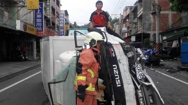 消防人員搶救受困的肇事小貨車駕駛。彰化縣消防局提供。