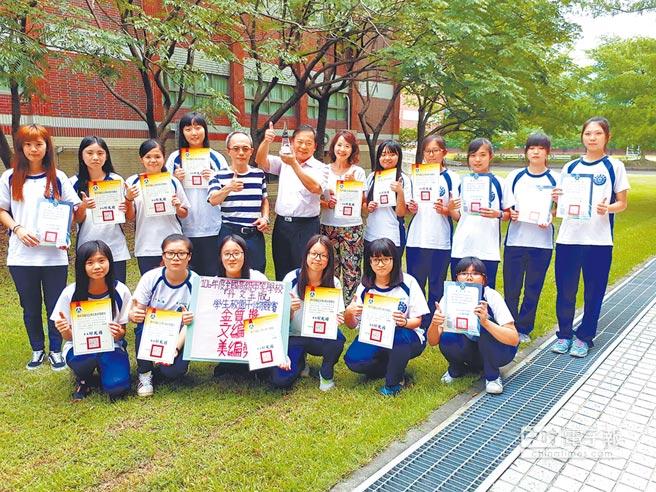國立水里商工校刊《情繫紅樓》,參加全國競賽,獲得3項大獎。(廖志晃攝)