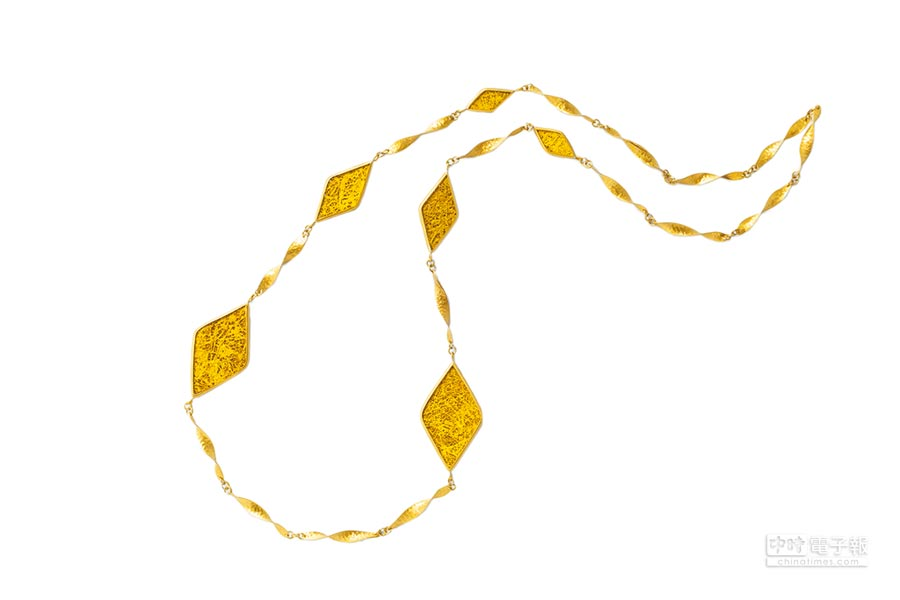 PSYKHME黃銅項鍊,使用柬埔寨當地金工及椰子殼工藝,1480元。(picupi挑品提供)