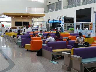 台南航空站彩色座椅 讓旅客捨不得回家