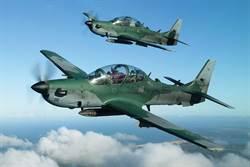 美空軍輕攻擊機完成性能表演