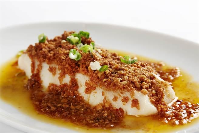 「中菜西烹」的〈豆酥鱈魚〉,魚肉油脂豐富,豆酥量多且香脆。。(圖/臥風閣)