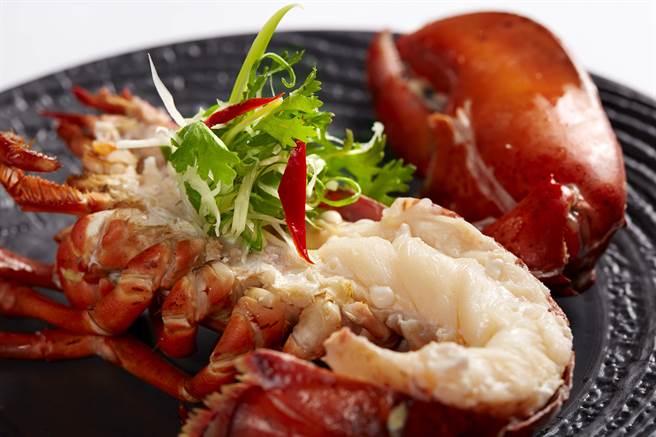 臥風閣_taseing menu雙人套餐主菜〈波士頓龍蝦〉(半隻),結合東方與西方烹調方式。。(圖/臥風閣)