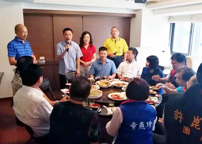 新主委韓國瑜(左)傾聽議員里長的基層心聲。(李義攝)