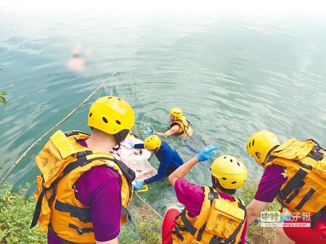 洪女與黃男疑似婚外情殉情,5日被人發現在桃園魚池溺斃,消防人員獲報將2人打撈上岸,已無氣息。2人雙手都綁有紅繩,疑似殉情。(甘嘉雯翻攝)