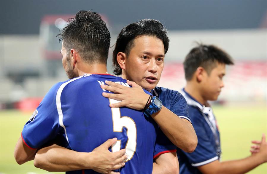 中華隊代總教頭平田礼次(右)賽後擁抱殷亞吉,也疾呼全隊團結一致。(李弘斌攝)