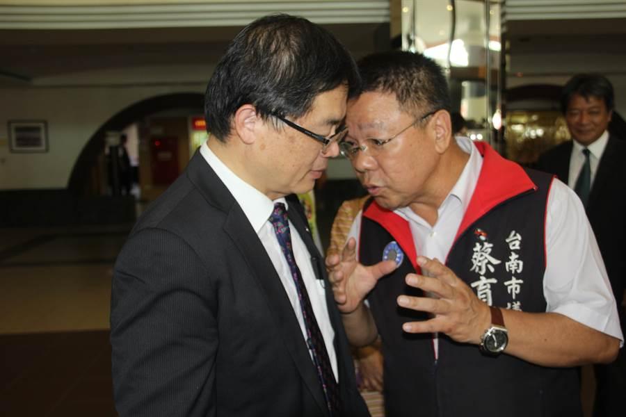 李孟諺在台南市議員眼中很好溝通,藍綠陣營對他的印象不錯,才剛宣布接任代理市長,就有議員上前與他「咬耳朵」。(程炳璋攝)