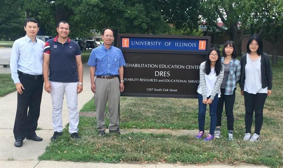 亞大商設系學生暑假前往美國伊利諾大學實習,於香檳分校實驗室前合影。(亞大提供)