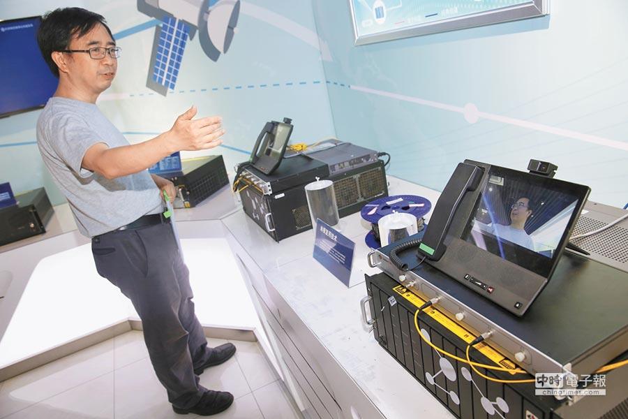 量子科學實驗衛星首席科學家潘建偉,演示實用化量子通信產品的遠距離保密通話。(新華社)