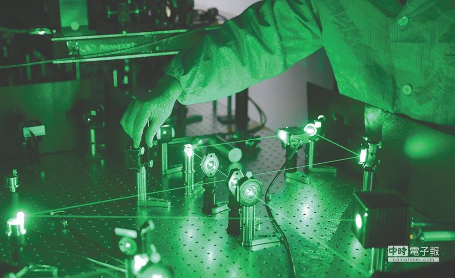 中科院量子模擬實驗室,工作人員調試超冷原子光晶格平台的雷射伺服系統。(新華社)