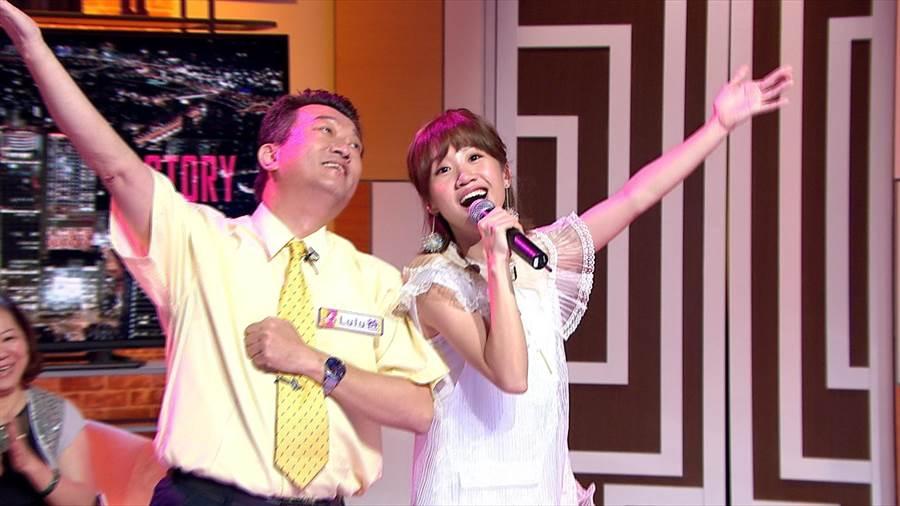 Lulu爸爸(左)現身影棚,讓她又驚又喜。(圖/TVBS提供)