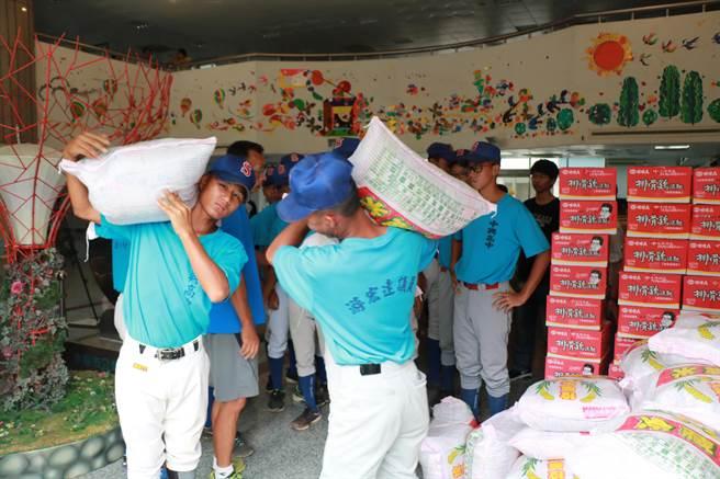南投市公所將中元普渡的白米、供品,贈送中興棒球隊。(廖志晃翻攝)