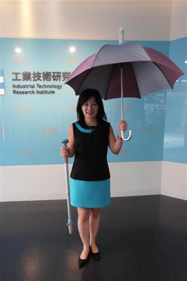 工研院材化所研發「雨傘集水淨水器」和「淨水手杖」兩種淨水創意用品。(羅浚濱攝)