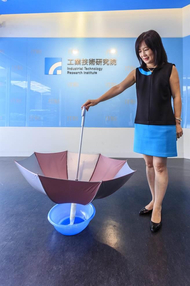 工研院材化所研發的「雨傘集水淨水器」收集雨水就能變淨水。(羅浚濱攝)