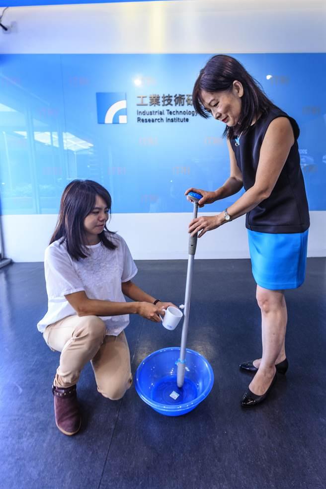 工研院材化所研發的「淨水手杖」,能讓登山民眾不用再帶水壺,增加步行效率。(羅浚濱攝)