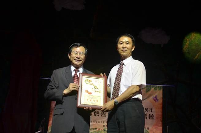 嘉義市長涂醒哲(左)送感謝狀給主辦單位。(呂妍庭攝)