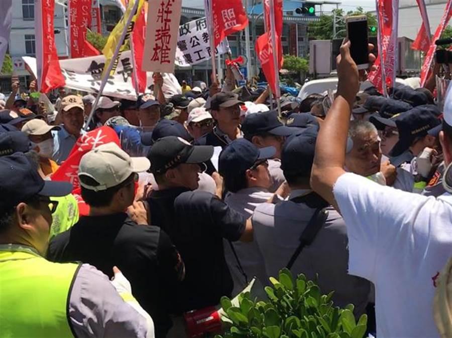 民進黨政府推動年金改革,使軍公教非常不滿。(圖/本報資料照片)