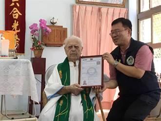 傳教58年獲身分證 法神父潘世光落淚:盼留花蓮直到天主召喚