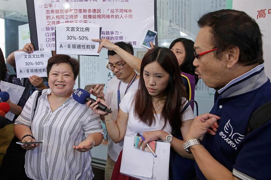 十二年國教家長聯盟監事長蘇祐晟(右)要求審議委員、全教總秘書長李雅菁(左)對課審會家長代表 的孩子都已長大成人發表意見,兩人發生口角。(方濬哲攝)