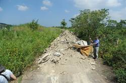 苗栗第二公墓遭傾倒30噸垃圾 公所懸賞5萬緝賊