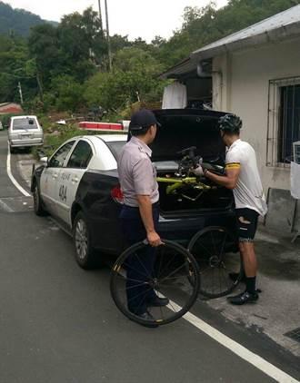 自行車爆胎摔車 警熱心助受傷騎士返家