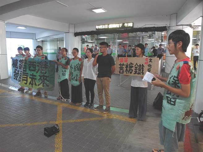 「堀仔頭藝術村」成員前往台南市政府陳情,要求針對西港外環道開闢案重啟文資審議。(洪榮志攝)