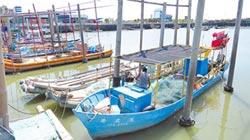 颱風來勢洶 漁民進港避風頭