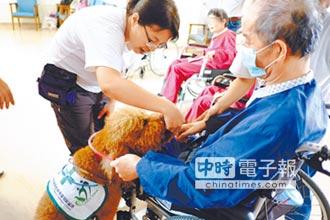 治療犬駐診 爺奶笑開懷