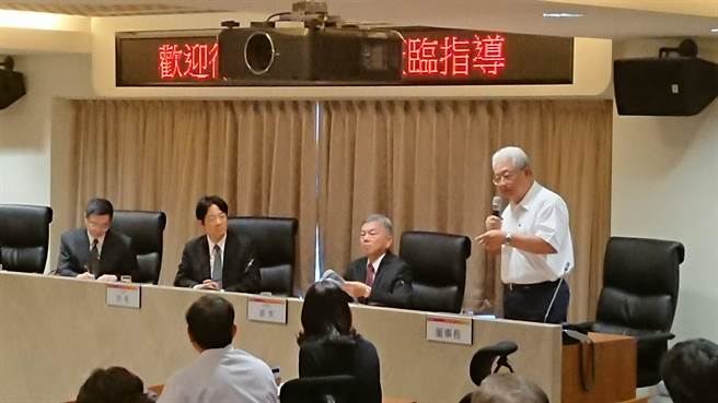 台電董事長朱文成(右1站立者)向行政院長賴清德(左2)報告防颱進度。(王玉樹攝)