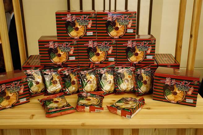 僅在門市販售的一蘭拉麵新品,一組5包、750元,等於一包150元。(攝影/姚舜)