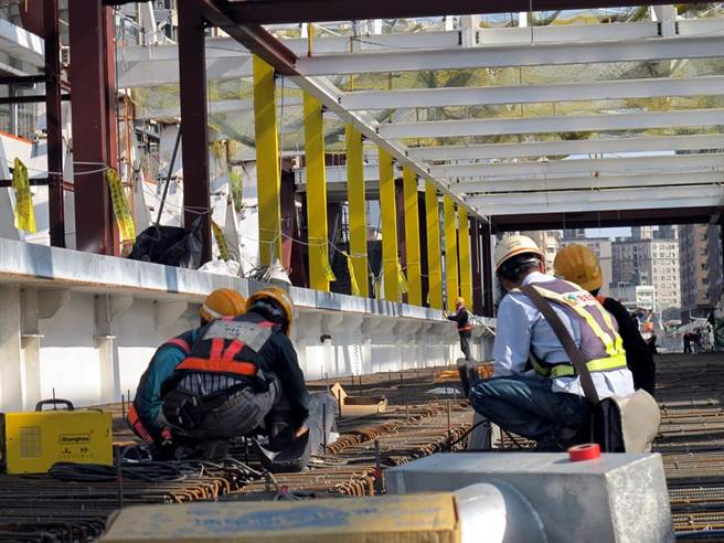 新北市勞工局長謝政達提出從源頭治理,有效運用既有檢查人力,才能減少職災、提昇作業環境安全。(葉書宏翻攝)