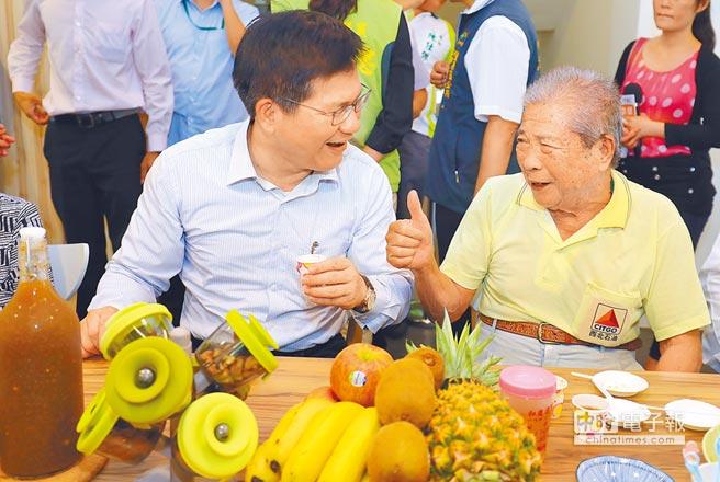 台中市老人健保補助排富引爭議,市長林佳龍(左)強調應盡快宣導,勿讓銀髮族誤解。(盧金足攝)