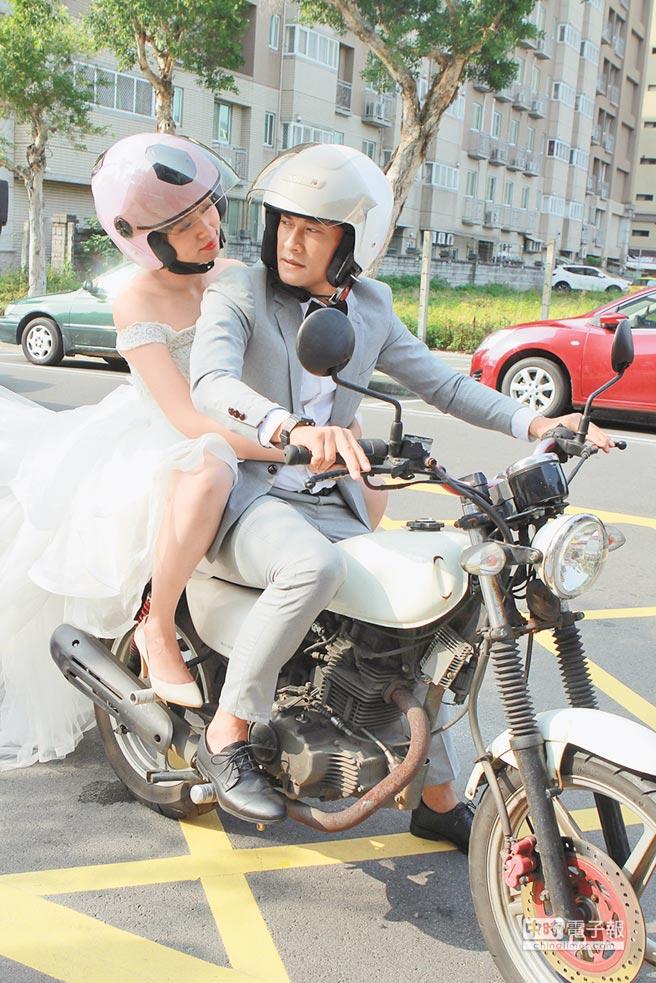 王瞳(左)穿著婚紗,和王建復重現《追夢人》浪漫橋段。