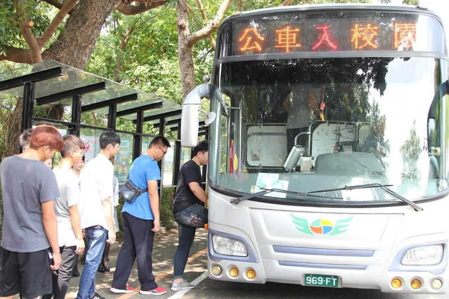 通車典禮後,部分師生馬上排隊搭公車。(呂妍庭攝)