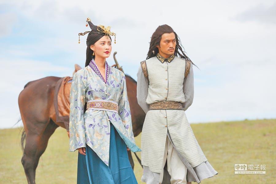 電視劇《解憂公主》張歆藝(左)與袁弘劇照海報。(CFP)