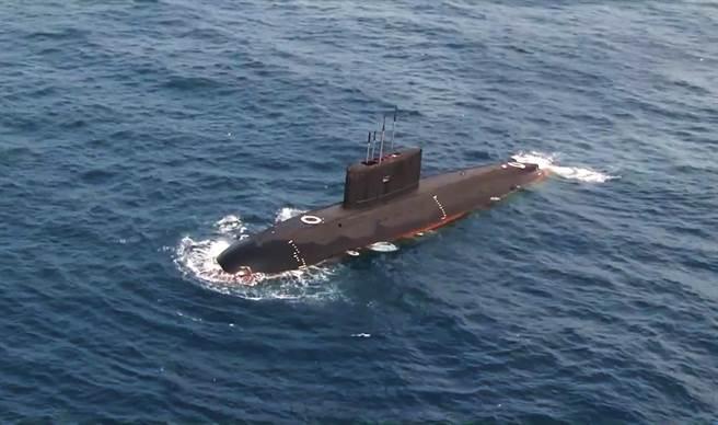 中國未來可藉量子導航系統,大幅提高潛艇的匿蹤能力,圖為解放軍南海艦隊2016年11月下旬打破水域限制,展開實戰條件下潛潛對抗演練,以提高深海突擊作戰能力的畫面。(圖/中新社)