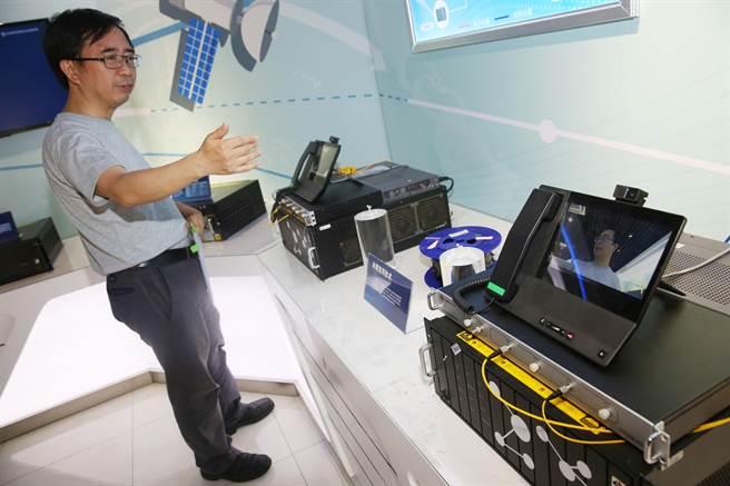 中國量子科學實驗衛星首席科學家潘建偉2016年5月25日展示透過實用化量子通信產品,進行遠距離保密通話的畫面。(圖/新華社)