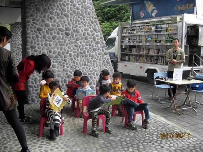 高雄市立圖書館「行動圖書館暨故事媽媽列車」駛入偏鄉校園。(高市圖提供的資料照片))