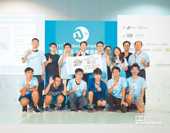 上銀智慧機器手實作競賽由淡江大學尚贏組隊員奪得開發組冠軍,與上銀科技副總經理卓文恆(後排左四)頒獎合影。圖/業者提供