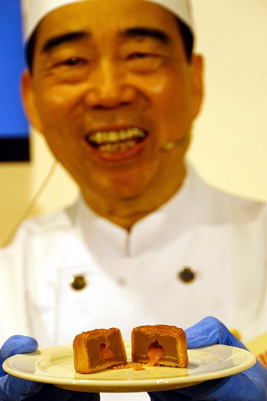 美心集團資深主廚劉杏湘表示,美心集團整整花了一年時間才成功研發出會爆漿的「流心奶黃月餅」。(攝影/姚舜)