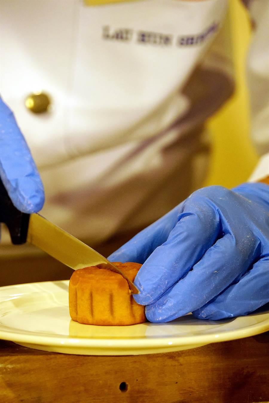 不必加熱,美心集集團的「流心奶黃月餅」,直接拿刀分切,內餡即會汩汩流出。(攝影/姚舜)