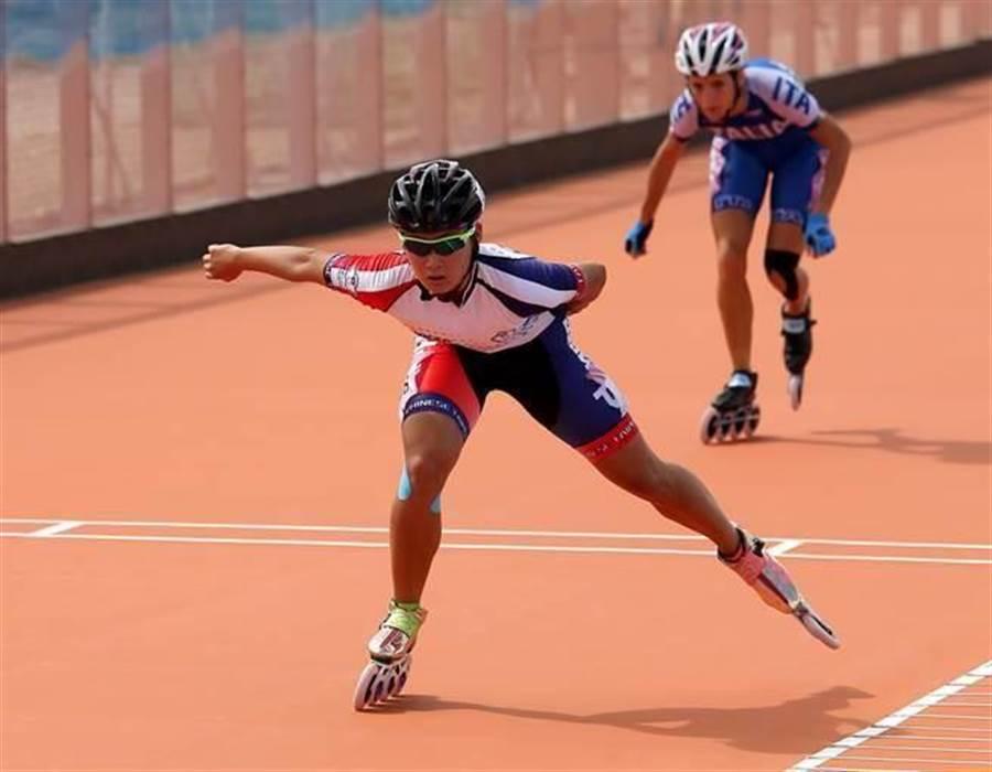 台北世大運滑輪溜冰賽,我國好手陳映竹(前)以43秒739奪得女子500公尺爭先賽金牌,但她在預賽刷新世界紀錄,卻因是手動計時,而不被承認。(報系資料照 黄世麒攝)