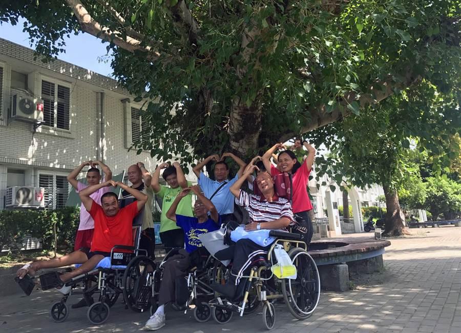 慎修養護中心「VAVI」樂團成員多是身心障礙者,通過街頭藝人認證,他們開心比愛心。(莊哲權攝)