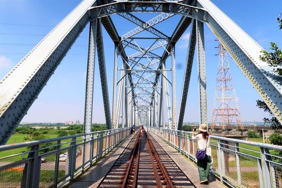 高屏舊鐵橋屏東端目前正在修復,文化處12日辦活動暫時開啟,有民眾以為已經開放,隔日再去卻撲空。(潘建志攝)